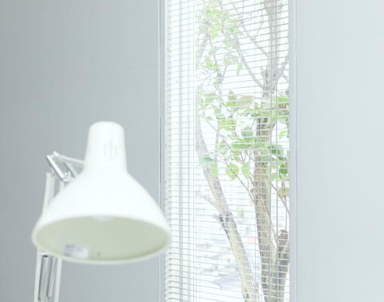 卓上照明と窓